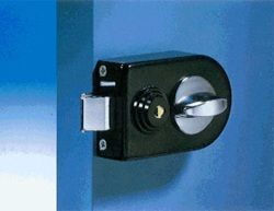 Поменять личинку замка = поменять ключи от дверного замка.